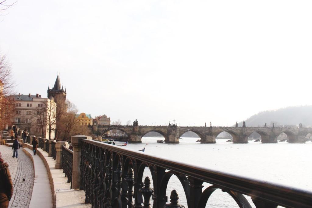 Karlsbrücke-Prag-Sehenswürdigkeit-Touristenattraktion