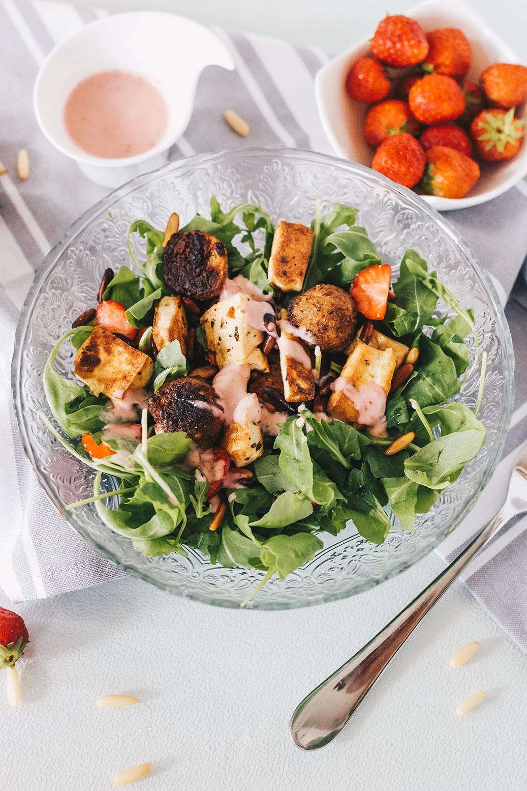 rucoa-erdbeeren-salat-mandelrahm-dressing