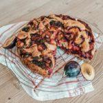 Veganer Zwetschkenkuchen Rezept auf VANILLAHOLICA.com . Ein veganes Zwetschkenkuchen Rezept, das in wenigen Minuten kreiert ist. Der Duft der Zwetschken erinnert an den Herbst. Die Zwetschge ist ein Saison Obst aus dem Herbst und daher ist jetzt die richtige Zeit für einen veganen Zwetschgenkuchen. Ein einfaches, leckeres, schnelles Herbstrezept.